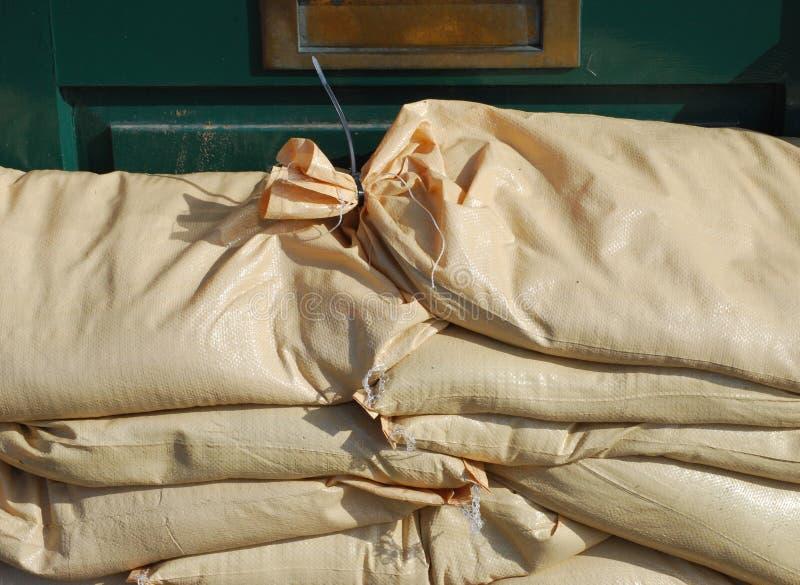 Штабелированные мешки с песком в подготовке потоков Йорка стоковые изображения rf