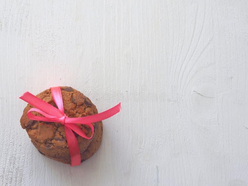 Штабелированные печенья обломока шоколада на деревенской предпосылке Ретро тонизировать, взгляд сверху стоковые фото