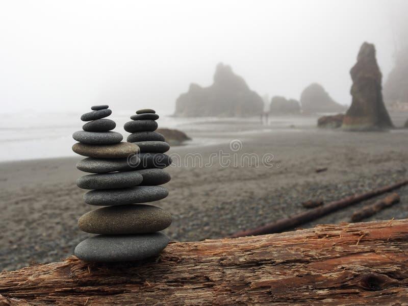 Штабелированные утесы на туманном рубиновом пляже стоковое изображение rf