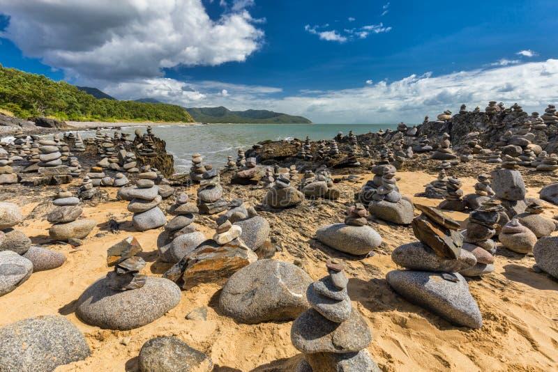 Штабелированный балансировать трясет на пляже между пирамидами из камней и портом Dou стоковые фотографии rf