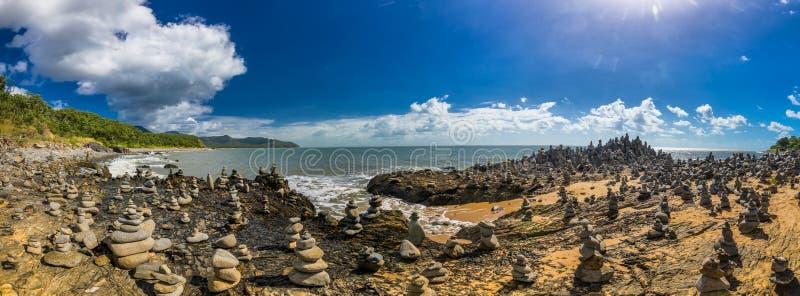 Штабелированный балансировать трясет на пляже между пирамидами из камней и портом Dou стоковое изображение