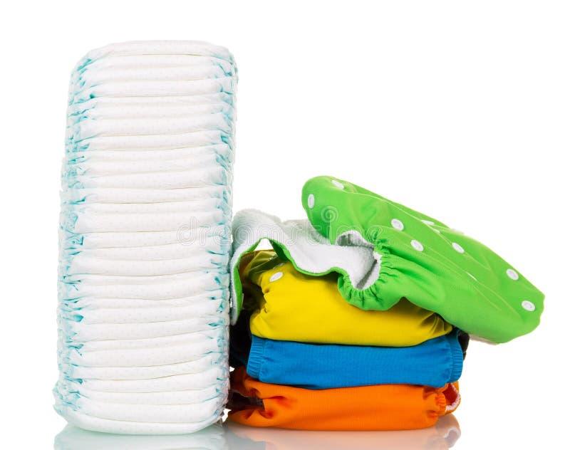Штабелируйте 4 пеленки устранимых и ткани изолированные на белизне стоковое изображение