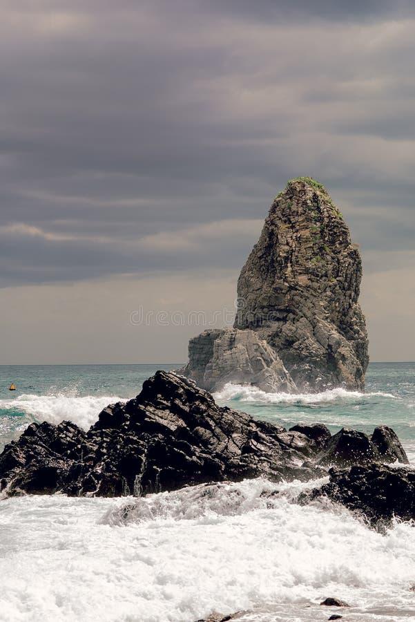 Штабелируйте утес скалы около Катании в Сицилии стоковые изображения