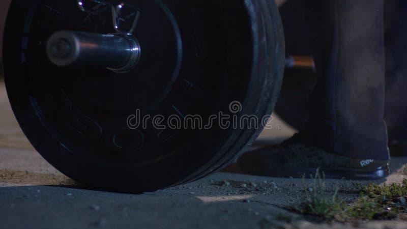 Штанга для конкуренций powerlifter спортсмена deadlift и ноги в powerlifting Молодой спортсмен получая готовый для веса стоковое фото