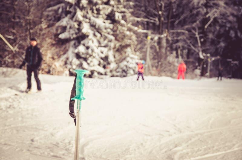 Штанга и люди катания на лыжах в наклоне зимы стоковое изображение rf