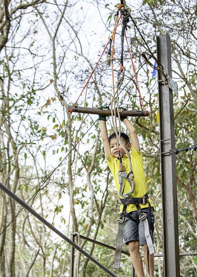 Штанга смертной казни через повешение мальчика АСЕАН связанная с веревочками и деревом предпосылки слингов расплывчатым стоковое фото rf