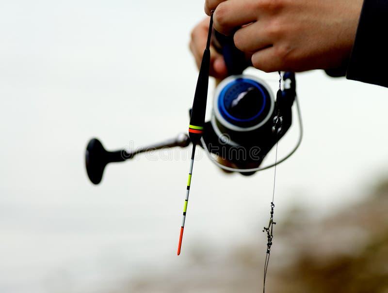 штанга человека удерживания рыболовства стоковые изображения