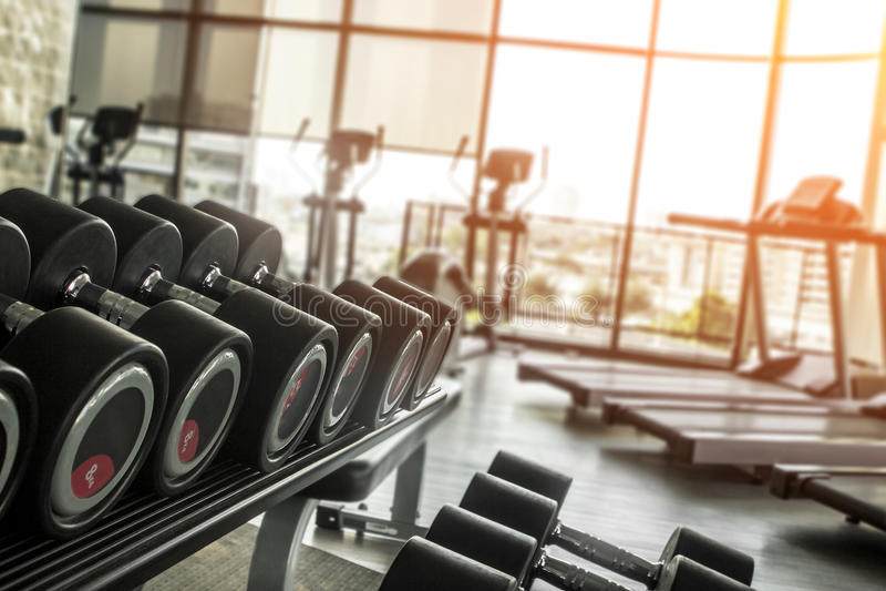 Штанги в спортзале для концепции фитнеса с tradmills и li веса стоковая фотография