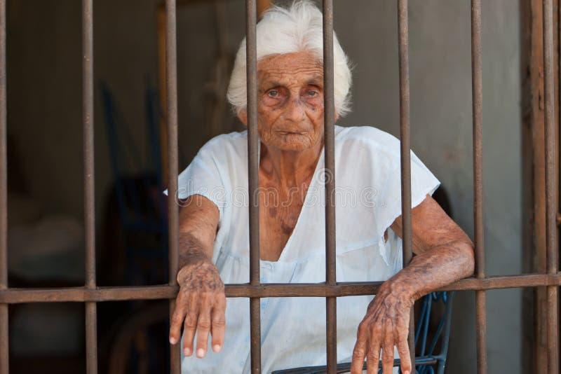 штанги за старой поглощенной женщиной стоковая фотография rf
