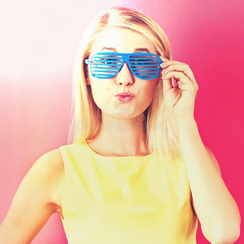 Штарка молодой женщины нося затеняет солнечные очки стоковые фотографии rf