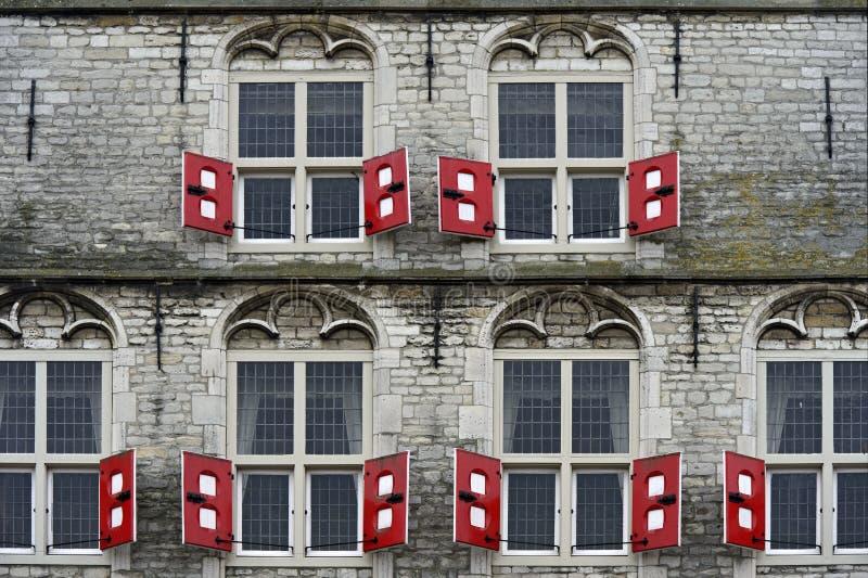 Штарки красного цвета на готическом гауда здание муниципалитета стоковая фотография rf