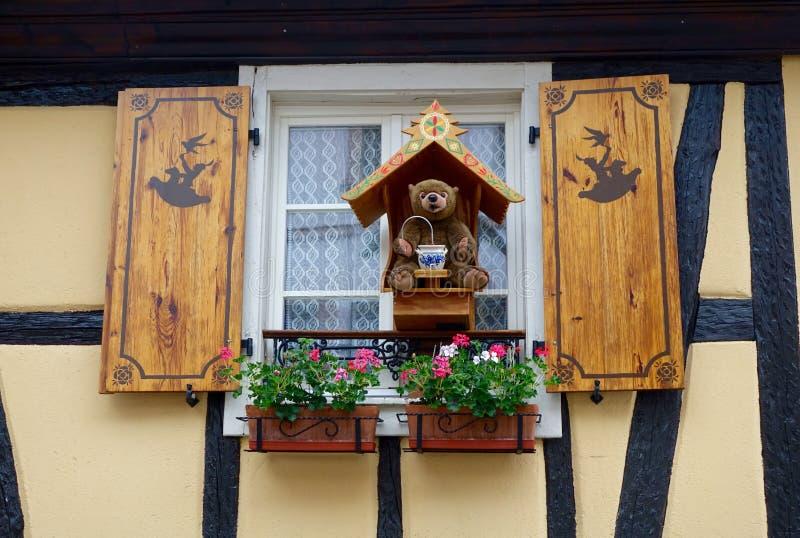 Штарки окна с игрушечным стоковая фотография