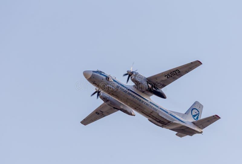 Штатский двигатель Antonov An-26 НАТО сообщая имя: Завейте воздушные судн в голубом небе Фюзеляж самолета Авиация и транспорт стоковые изображения rf