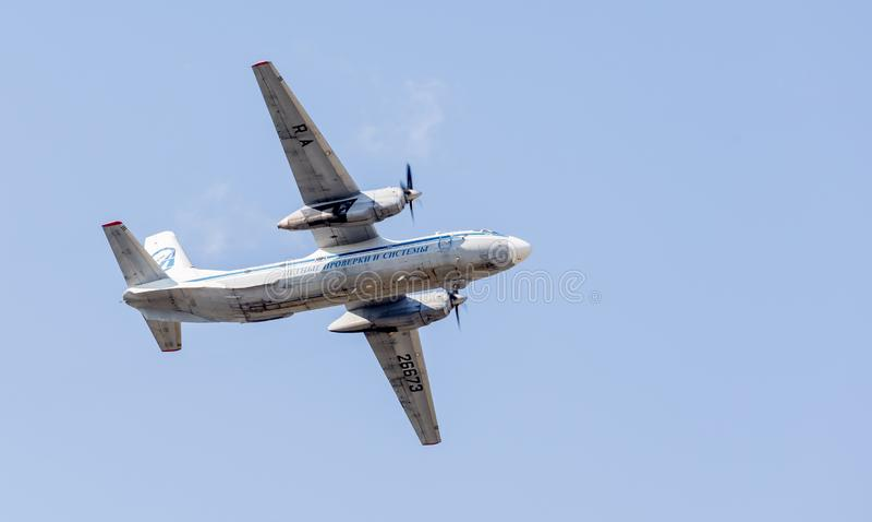 Штатский двигатель Antonov An-26 НАТО сообщая имя: Завейте воздушные судн в голубом небе Фюзеляж самолета Авиация и транспорт стоковые фото