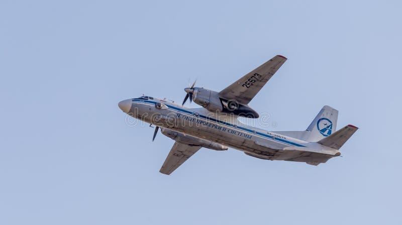 Штатский двигатель Antonov An-26 НАТО сообщая имя: Завейте воздушные судн в голубом небе Фюзеляж самолета Авиация и транспорт стоковое фото rf