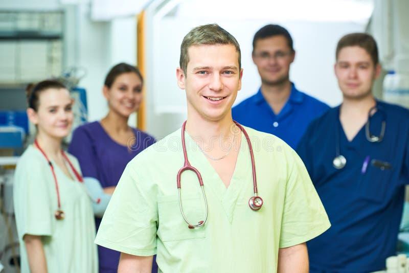 Штат сотрудник военно-медицинской службы больницы молодой хирург врачует команду на комнате деятельности стоковое фото