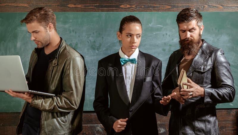 Штат школы Люди со стойкой книги ноутбука в классе школы Школьные учителя Девушка бородатого человека мужеская и стоковое изображение rf