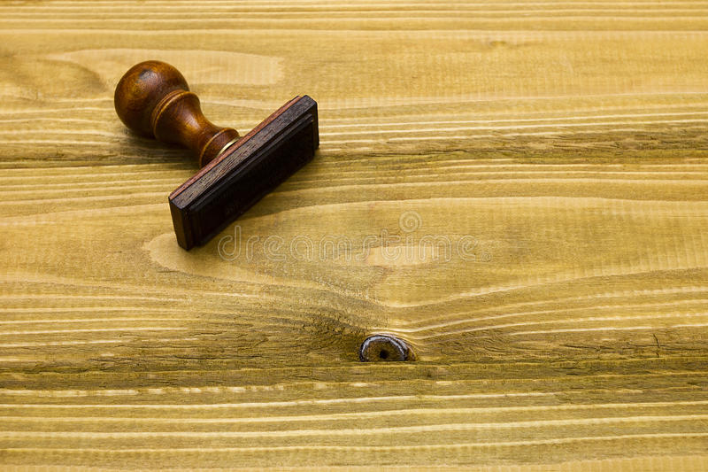 Штемпель на деревянном столе стоковая фотография rf