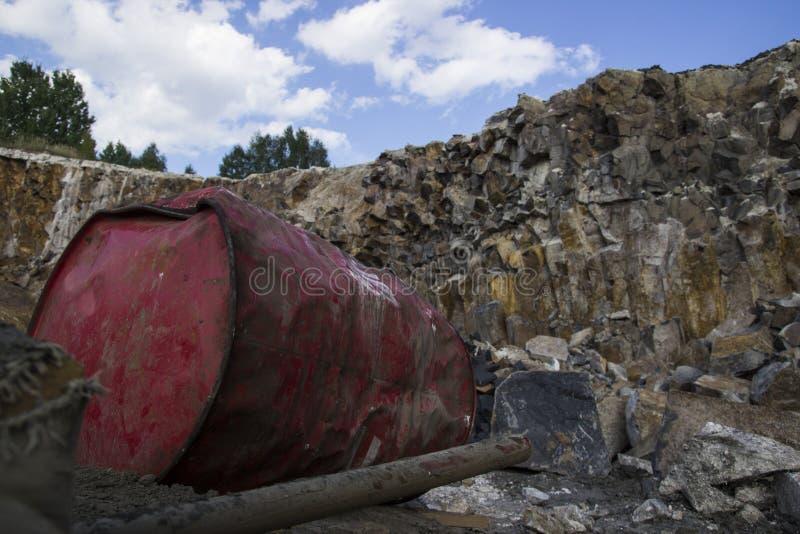 Штендеры базальта Красный бочонок металла Каменная раскопк Тяжелая индустрия стоковое фото