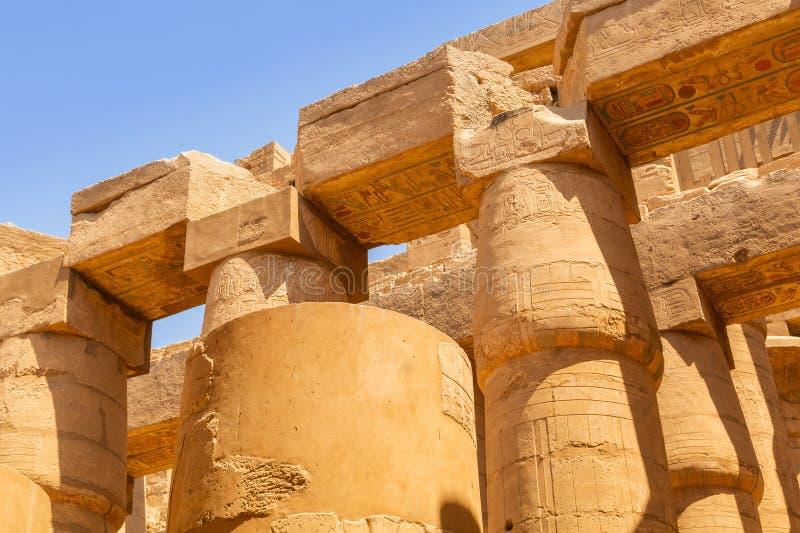 Штендеры большого Hypostyle Hall в виске Karnak стоковые фотографии rf