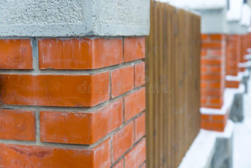 Штендеры ворот кирпича в конце строки вверх по съемке стоковая фотография rf