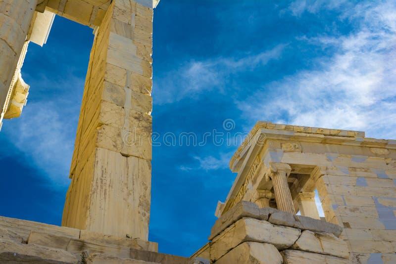 Штендеры ворот Propylaia в акрополе Афин, Греции стоковое фото