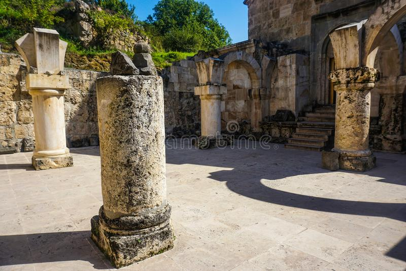 Штендеры монастыря Haghartsin сломленные загубленные стоковое изображение