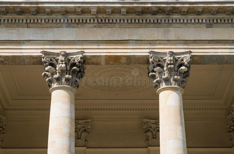 2 штендеры/столбцы и столицы на исторической архитектуре стоковые изображения rf