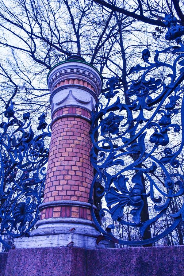 Штендер и выкованная openwork загородка сада Mikhailovsky, Санкт-Петербург решетки, Россия стоковая фотография rf