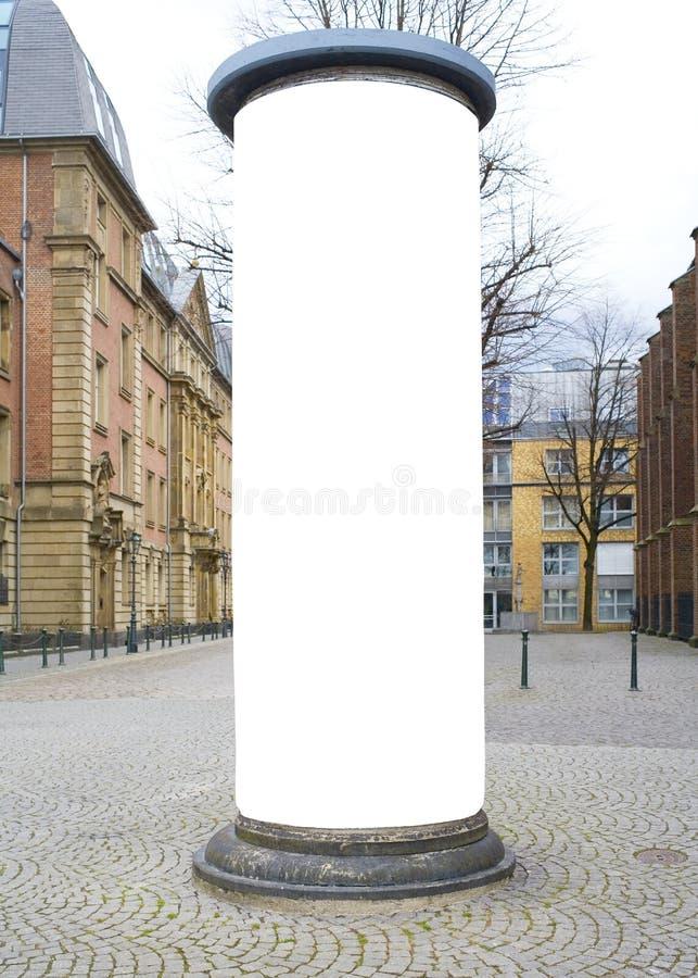 Штендер рекламы в городе с космосом бесплатной копии стоковое изображение