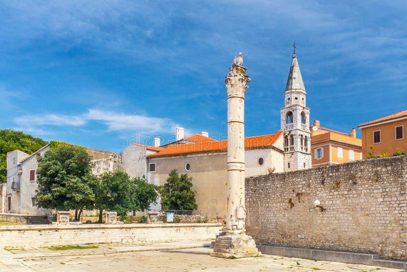 Штендер стыда и церков Ильи Святого в центре Zadar стоковые фото