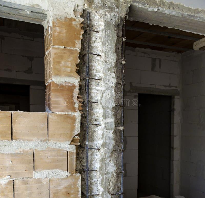 Штендер с подрыванием ухудшенного бетона стоковая фотография rf
