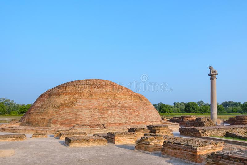 Штендер Ananda Stupa и Asokan на Kutagarasala Vihara, Vaishali, Бихаре, Индии стоковое фото rf