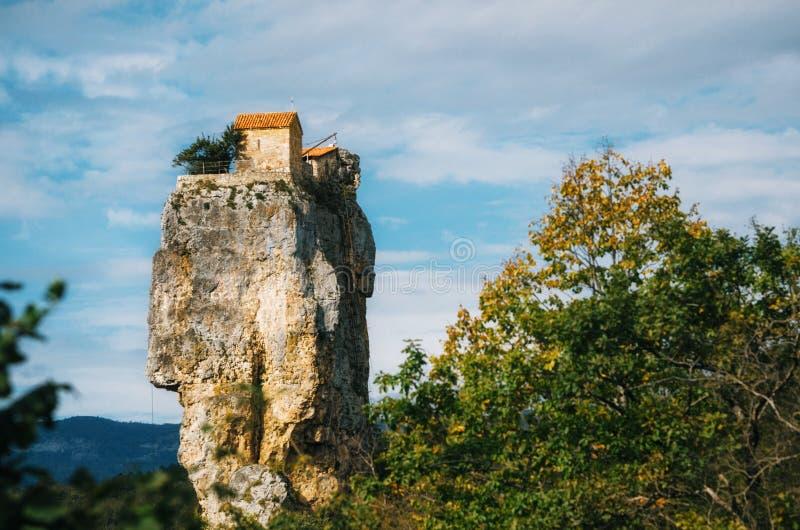 Штендер Katskhi Грузинские ориентиры Церковь на скалистой скале стоковое фото rf