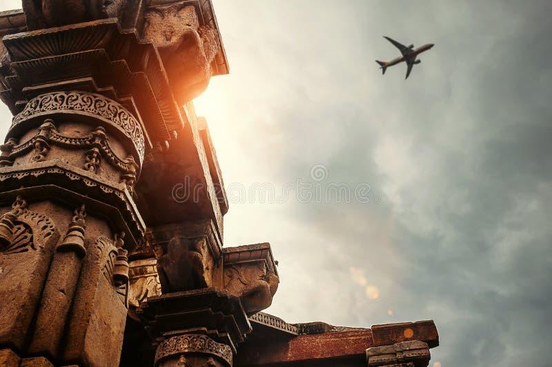 Штендеры виска сложного Qutb Minar на взгляде неба стоковые фотографии rf