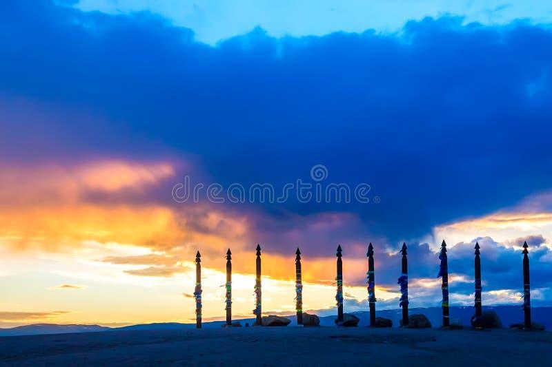 Штендеры Sergej шамана на накидке Burkhan, острове Olkhon, озере Baika стоковое изображение rf