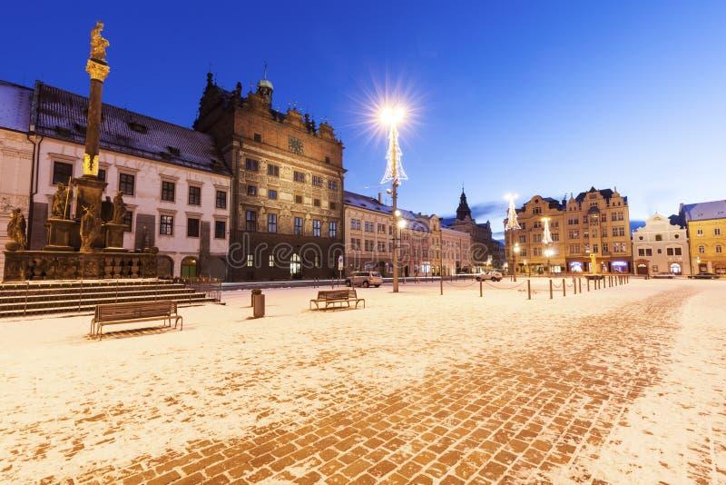 Штендер металлической пластинкы и старая ратуша на республике придают квадратную форму в Pilsen стоковое изображение