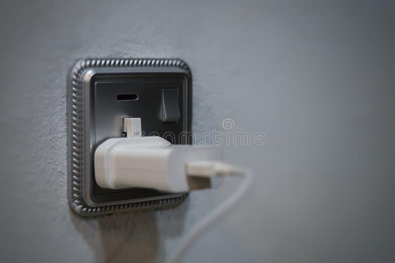 Штепсельная вилка стены с заряжателем телефона стоковые изображения