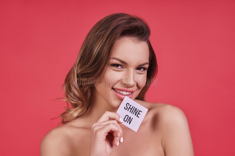 штилевое relaxed Привлекательная молодая женщина смотря камеру и стоковые изображения