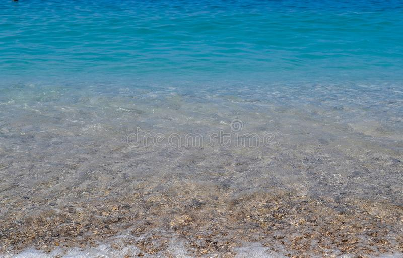 Штиль на море или океан Голубой или лазурный цвет воды Ясное и голубое небо Солнечная погода лета стоковая фотография