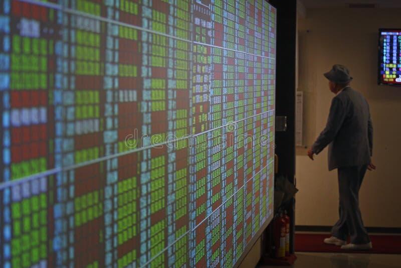шток snd карандаша рынка диаграммы спусков монеток красный поднимает стоковое фото