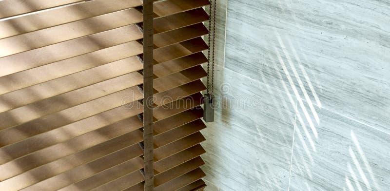 Шторки, выравнивая свет солнца вне шторок окна, солнечность и тень на шторках окна, декоративном интерьере в доме стоковое изображение rf