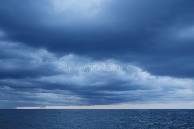 Штормы дождя случаются на море стоковая фотография rf