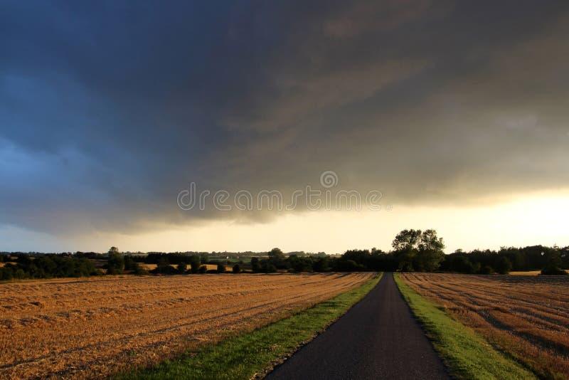 Штормы и дождь на пути стоковое фото
