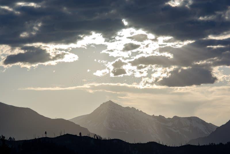 Шторм двигает над горой в горах каскада, Вашингтоном кашемира, США стоковое фото rf