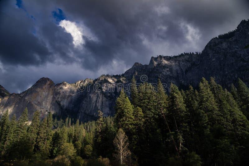 Шторм входит в долину Yosemite, Калифорнию стоковое фото
