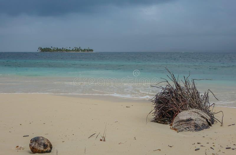 Шторм в пляже рая стоковое изображение rf