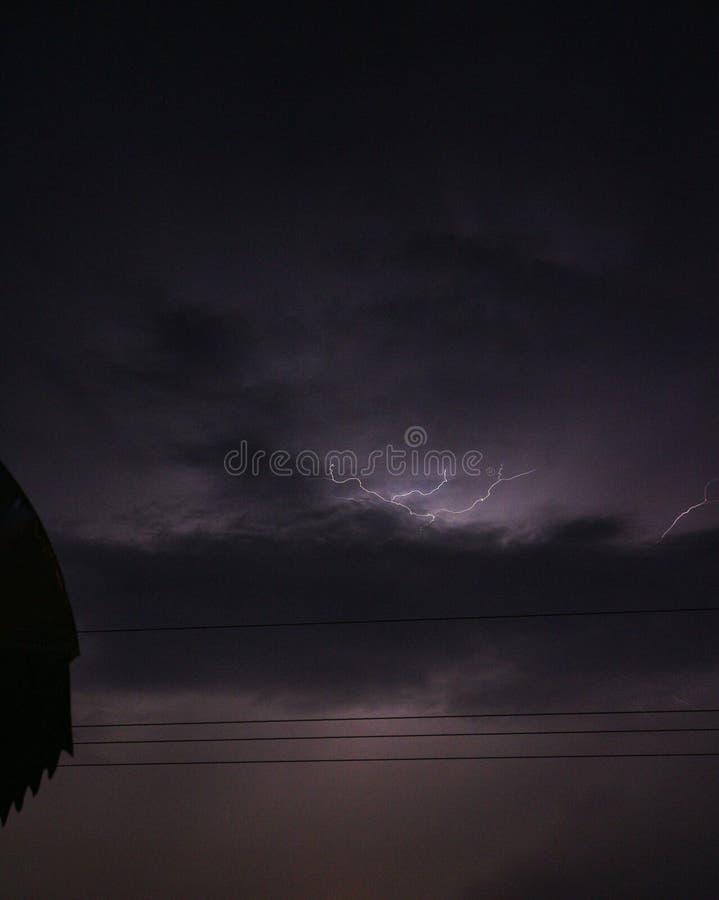Шторм грозы молнии в тропиках стоковые фотографии rf