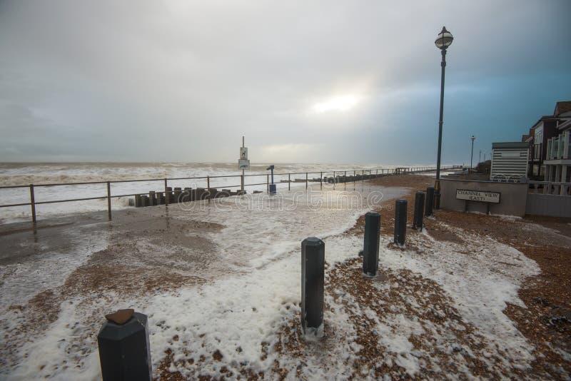 Шторм зимы английского канала бросает волны на берег моря на Bexhill восточное Сассекс, Англию стоковое фото