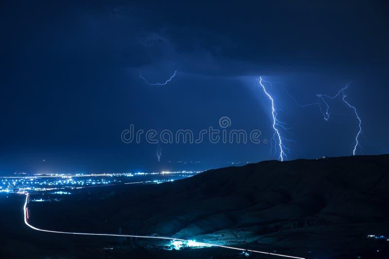 Шторм лета принося гром, молнии и дождь стоковые изображения rf